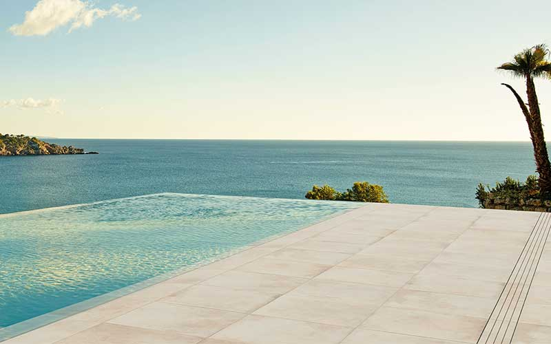 Rosa gres piscina desbordante con rejilla invisible for Rejilla piscina