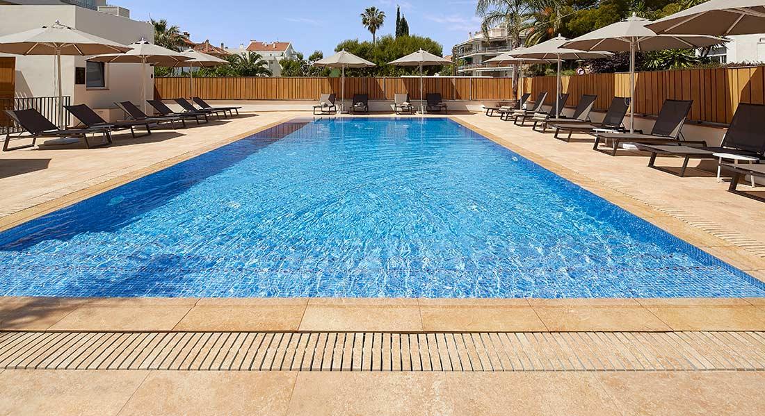 Rosa gres piscina desbordante con rejilla flex for Rejilla piscina