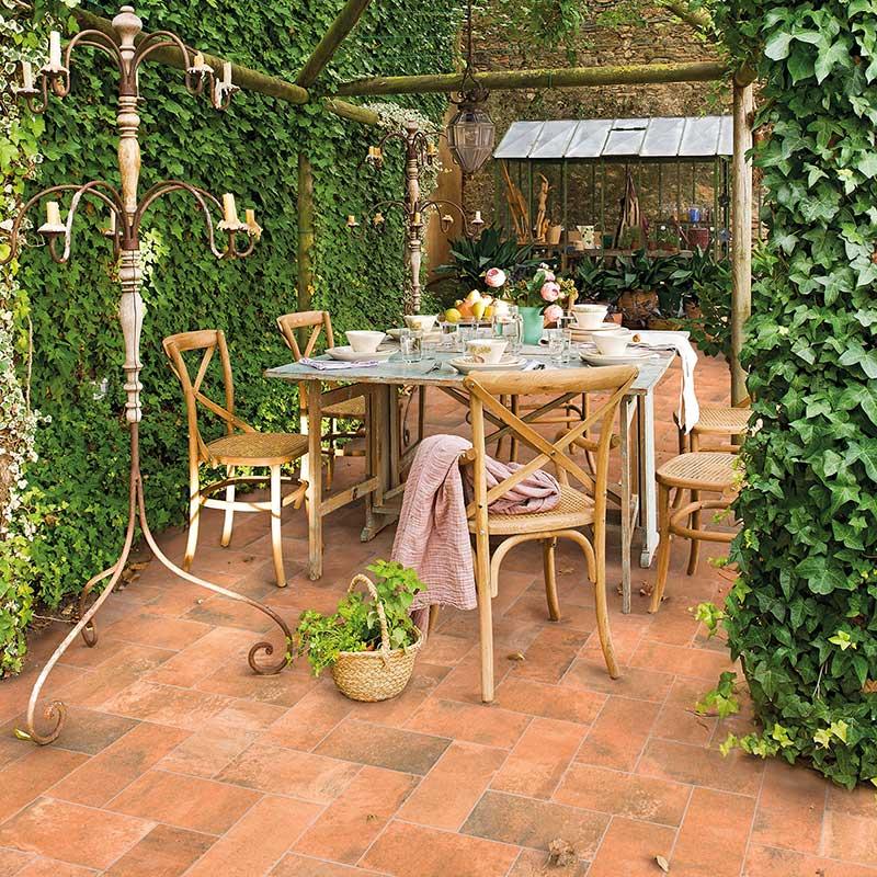 Terraza con pavimento de gres porcelánico de estilo rústico, Colección Garden