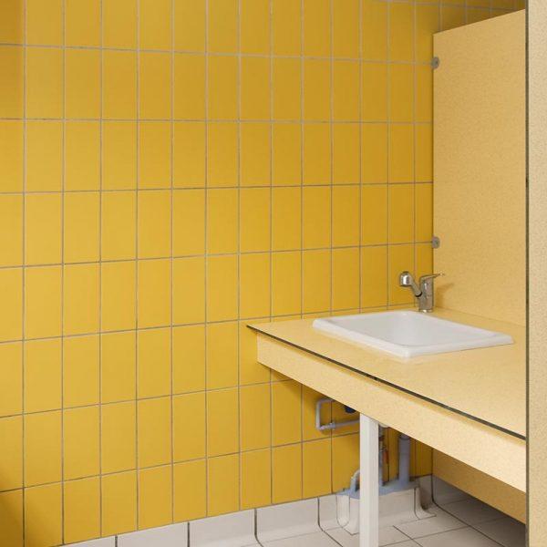 Paredes del baño con baldosas cerámicas Aqua Amarillo
