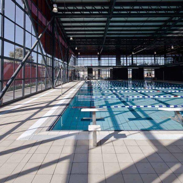 Piscina deportiva con pavimento Aqua de Rosa Gres