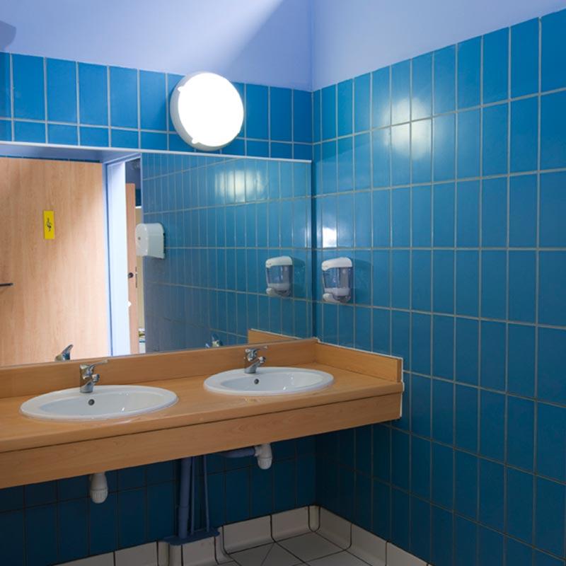 Paredes de baño revestidas con gres porcelánico Aqua Esmeralda