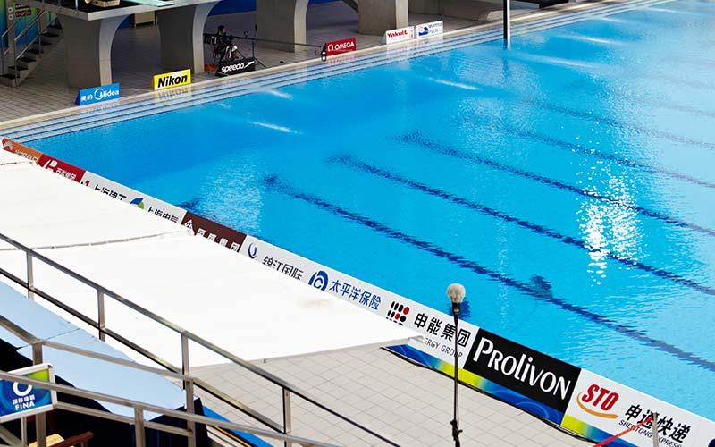 Piscina Olímpica en China con pavimento Aqua de Rosa Gres