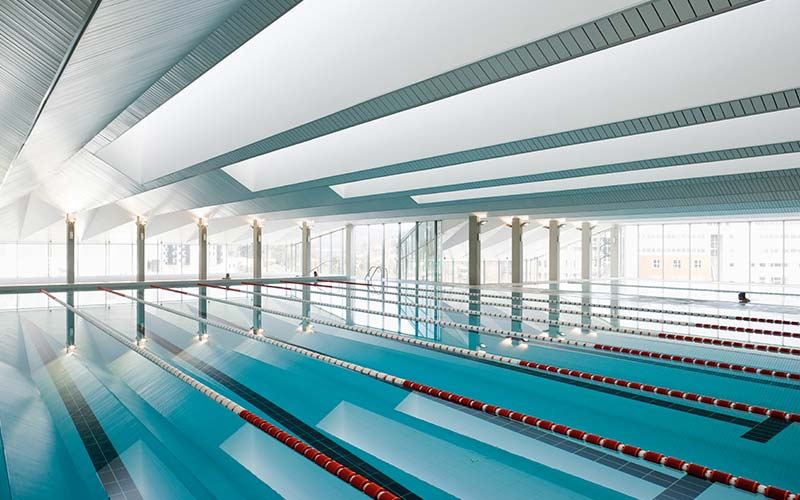 Piscina Deportiva en Ourense construida con pavimento Aqua de Rosa Gres