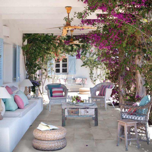 Terraza con pavimento de la colección Bohème de Rosa Gres