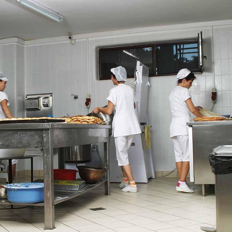 Cocina Industrial con pavimento Indugres y baldosas Biostop de Rosa Gres