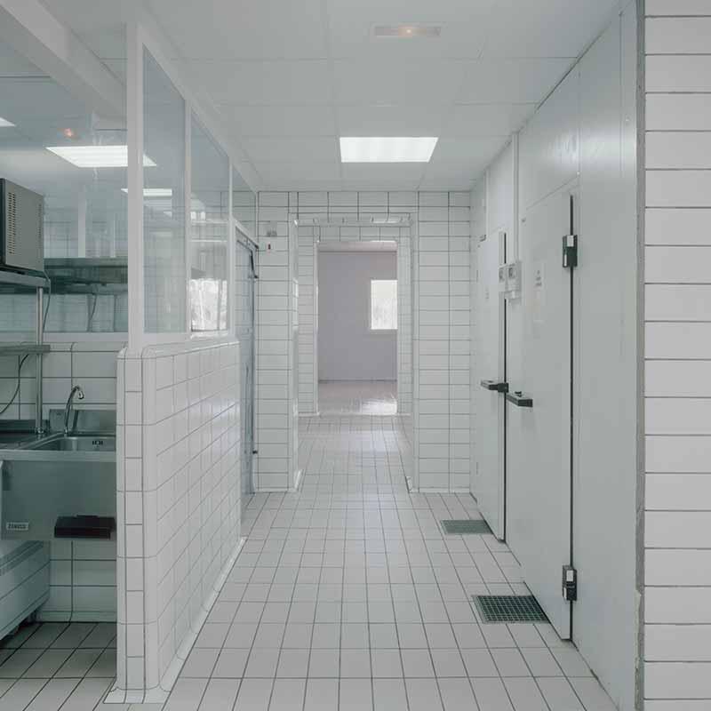 Suelos y piezas de acabado Biostop en cocina industrial con espacios compactos