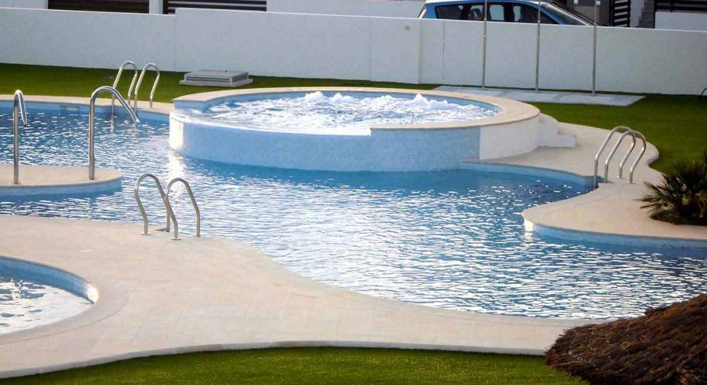Pool with curves rosa gres for Piscina privada