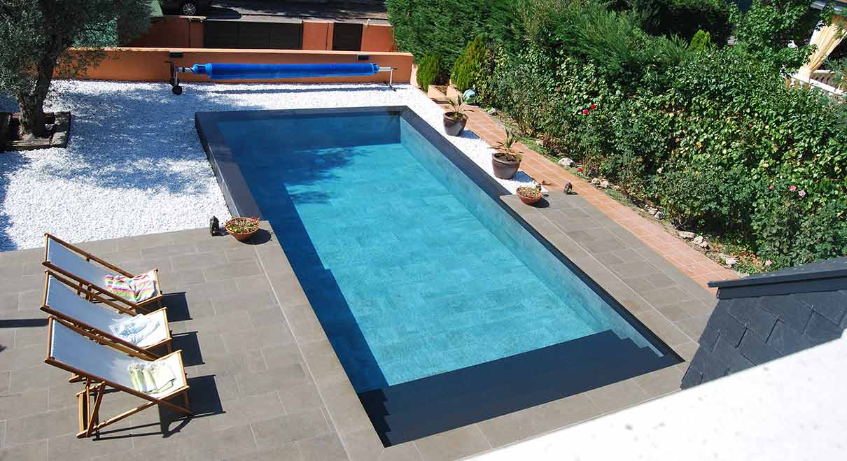 Piscine sur lev e une piscine aux accents orientaux for Piscine surelevee