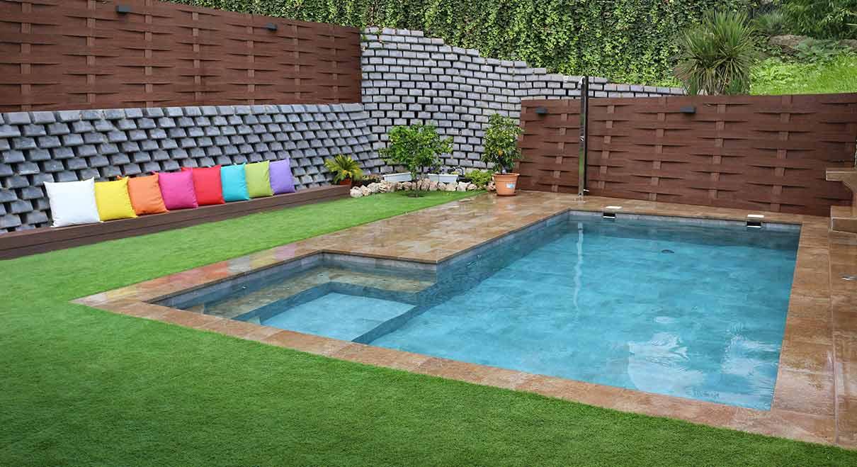 Rosa gres piscina con escaleras plataformas y otros for Detalles constructivos de piscinas