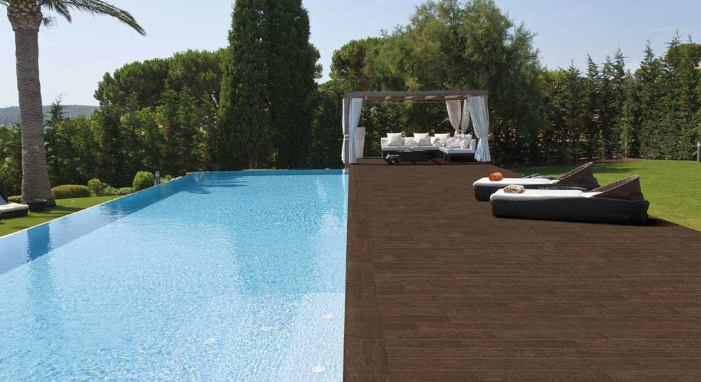 Pool with wooden look rosa gres for Piscina privada
