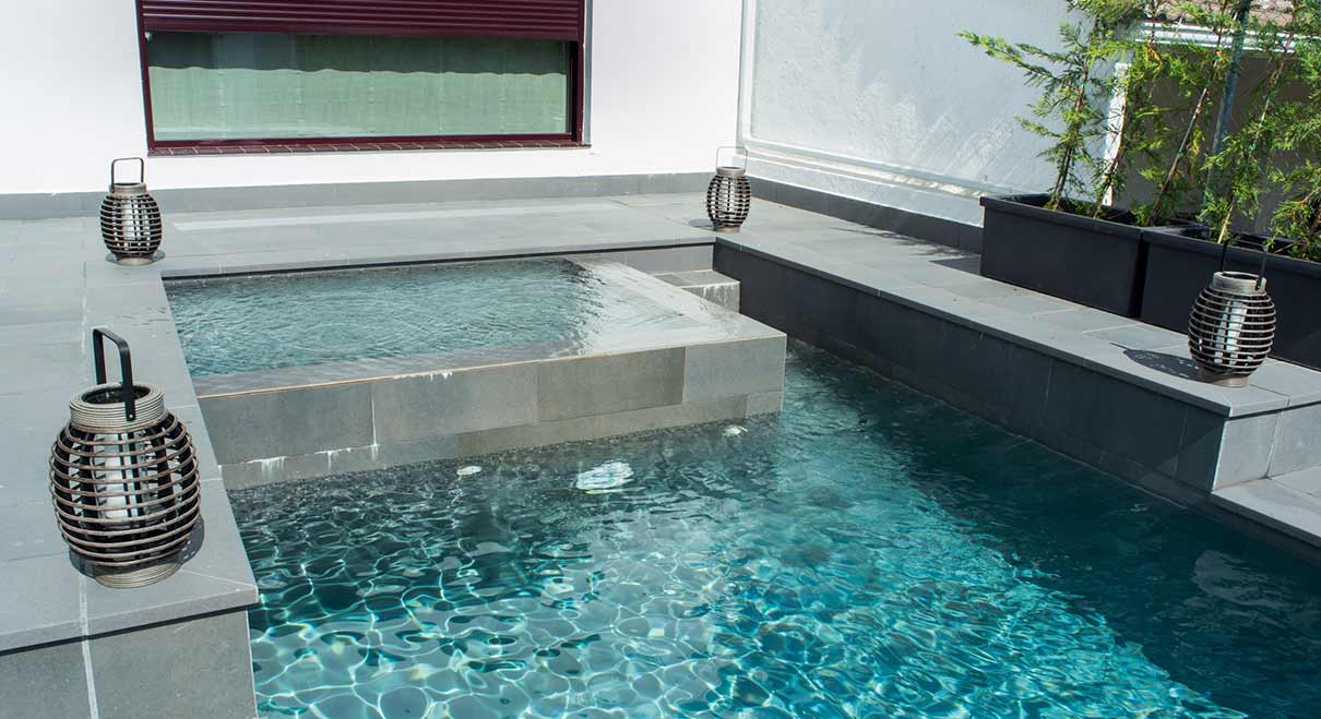 Piscines Es & Spas pool with integrated spa area, pieces & finishes for your