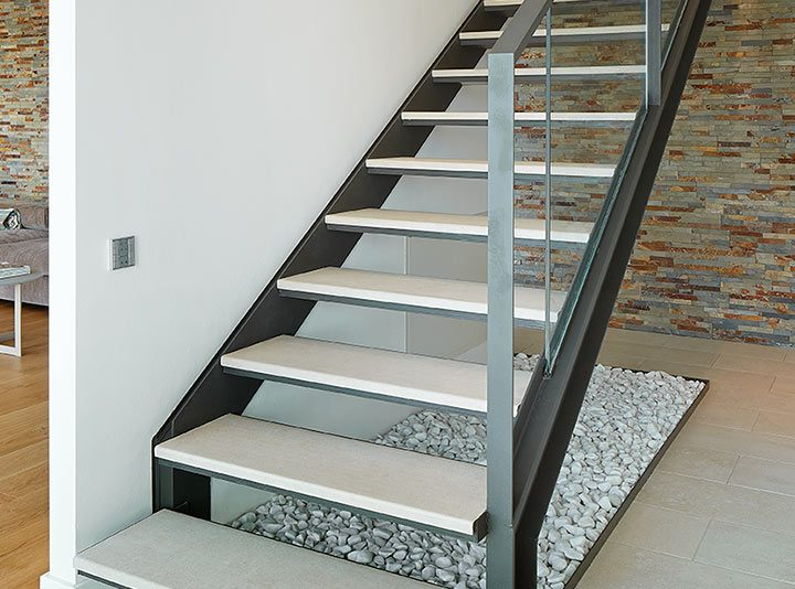 Una elegante escalera de hierro con peldaños cerámicos de 120 cm