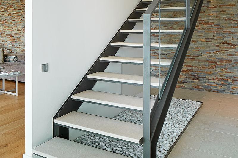 Elegant iron stairs with 120cm ceramic steps rosa gres - Gres para escaleras ...