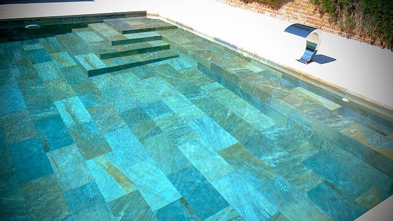 De qu color se ver el agua de mi piscina for Piscinas con luces de colores