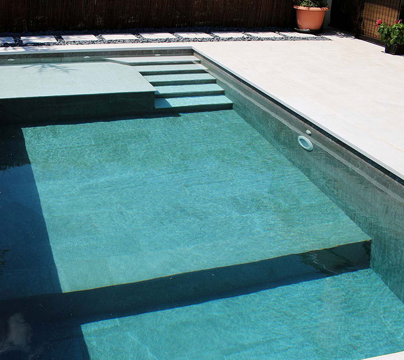 De qu color se ver el agua de mi piscina for Piscinas que se esconden