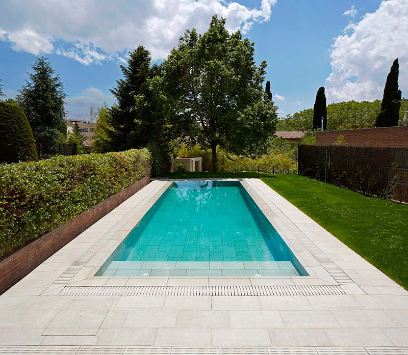 Por qu elegir gres porcel nico para tu piscina - Jardines con piscinas fotos ...
