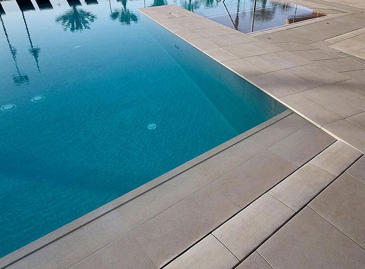 Detalle piscina gres porcelánico Rosa Gres - Hotel Melia Torremolinos