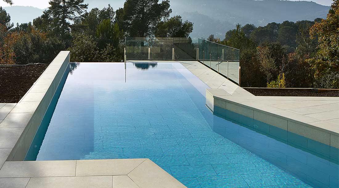De qu color se ver el agua de mi piscina for Se hacen piscinas