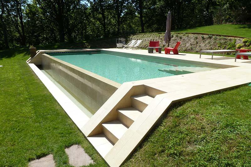De qu color se ver el agua de mi piscina for Ideas jardin desnivel