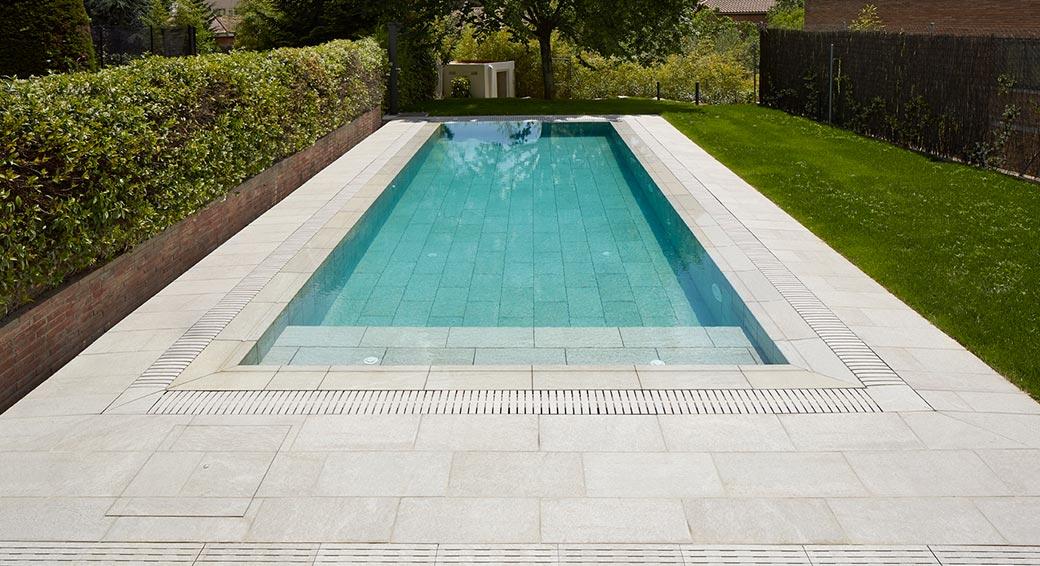 Rosa gres piscina desbordante con rejilla flex for Gres de breda para piscinas