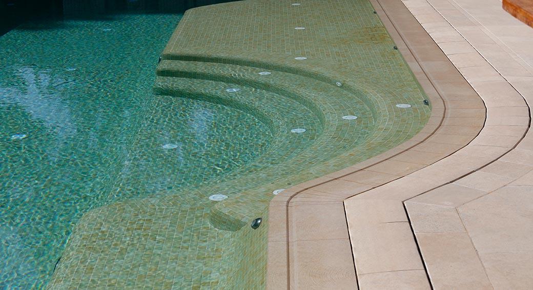 Peldaños de Gres porcelánico en piscina desbordante Vintage Bone Rosa Gres