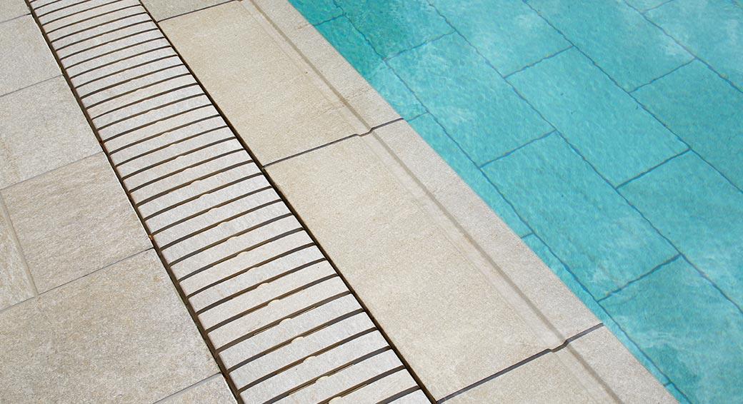 Rejilla para piscinas desbordantes de Rosa Gres. Pavimendo cerámico porcelánico para piscinas de la colección Serena color Griggio