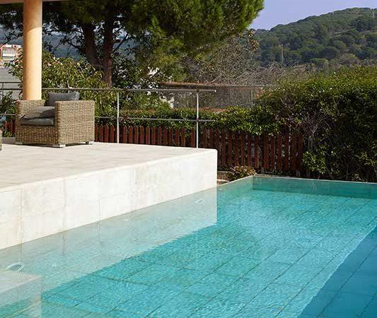 Les tendances de la piscine rosa gres for Piscina de tiana