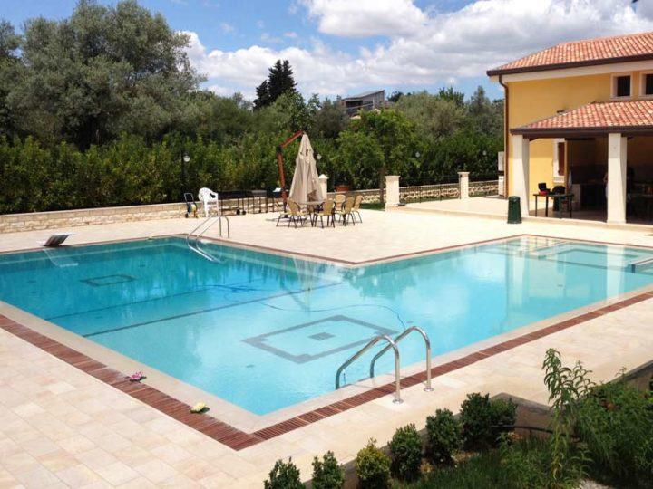 Por qué las piscinas desbordantes son más seguras para los niños