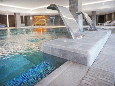 Detalle de Piscina, Rejilla y Gres Porcelánico Rosa Gres - Hotel Spa Elba