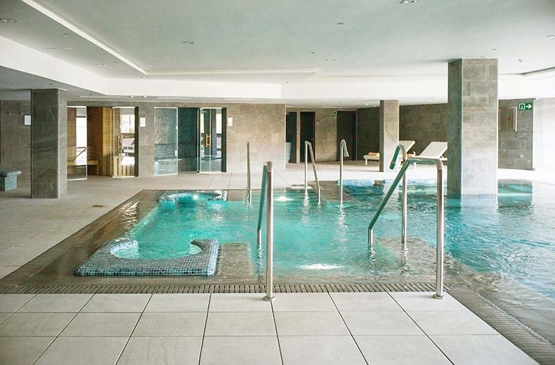 Pavimento y revestimiento piscina desbordante Rosa Gres en Hotel Spa Elba