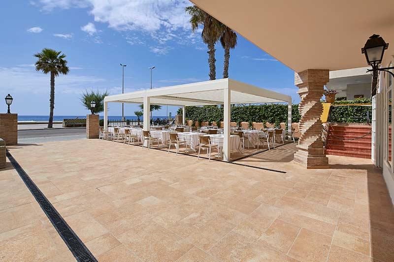 Vista de la instalación de gres porcelánico color Sand Rosa Gres en el hotel Vilella en Sitges