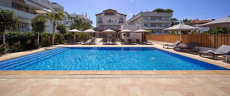 Piscina Desbordante más Rejilla de Gres Porcelánico en Hotel Vilella Sitges