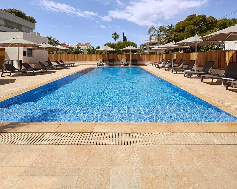 Playa y piscina desbordante de gres porcelánico Rosa Gres en el Hotel Vilella Sitges