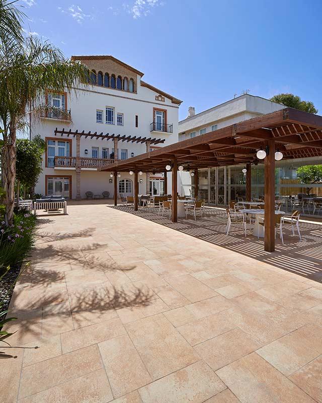 Pavimento porcelánico Rosa Gres para playa de piscina Hotel Vilella Sitges