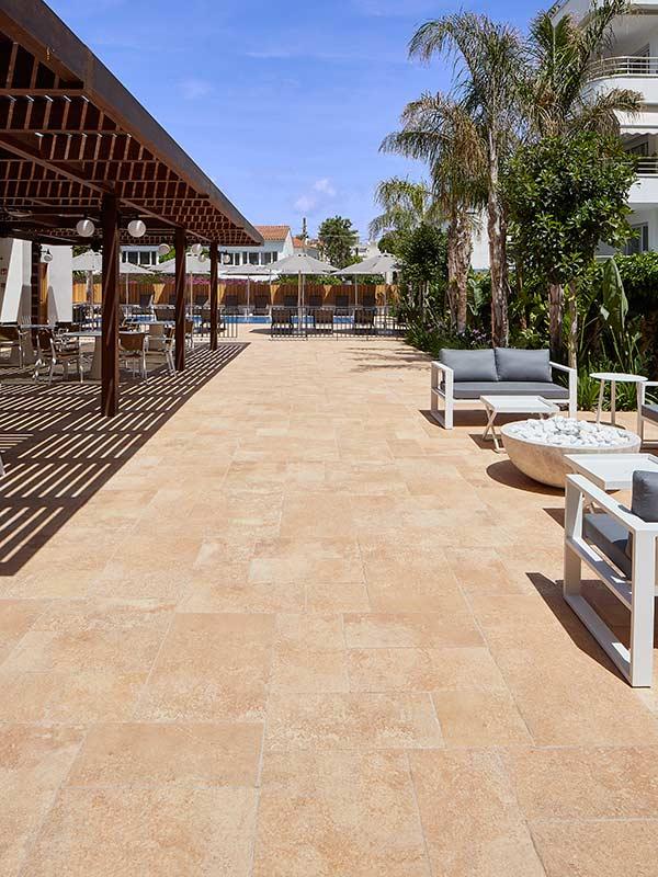 Vista detalle playa de cerámica porcelánica Rosa Gres Hotel Vilella Sitges