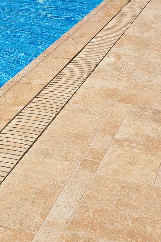 Detalle de rejilla para piscina desbordante Rosa Gres, combinación con piezas de gres porcelánico en el hotel Vilella Sitges