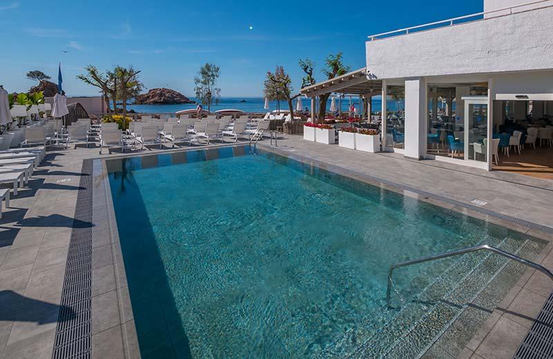Escaleras y playa de gres porcelánico - Piscina Hotel Mar Menuda, Tossa