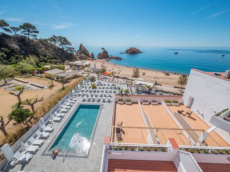 Vista general de piscina en gres porcelánico Rosa Gres - Hotel Mar Menuda