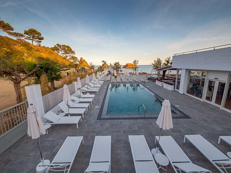 Tumbonas sobre playa de gres porcelánico - Piscina Hotel Mar Menuda, Tossa