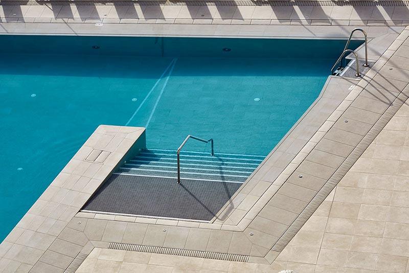 Combinación de rejilla invisible y rejilla Flex para piscinas desbordantes - Hotel Meliá Torremolinos