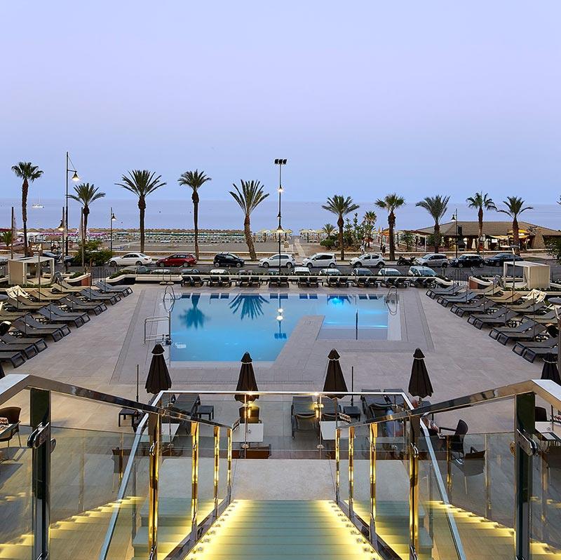 Vista de la piscina y la playa en baldosas de gres porcelánico Rosa Gres - Hotel Meliá Torremolinos