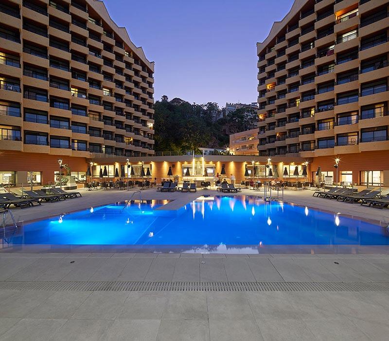 Piscina con suelos de gres porcelánico iluminada Hotel Melia Torremolinos