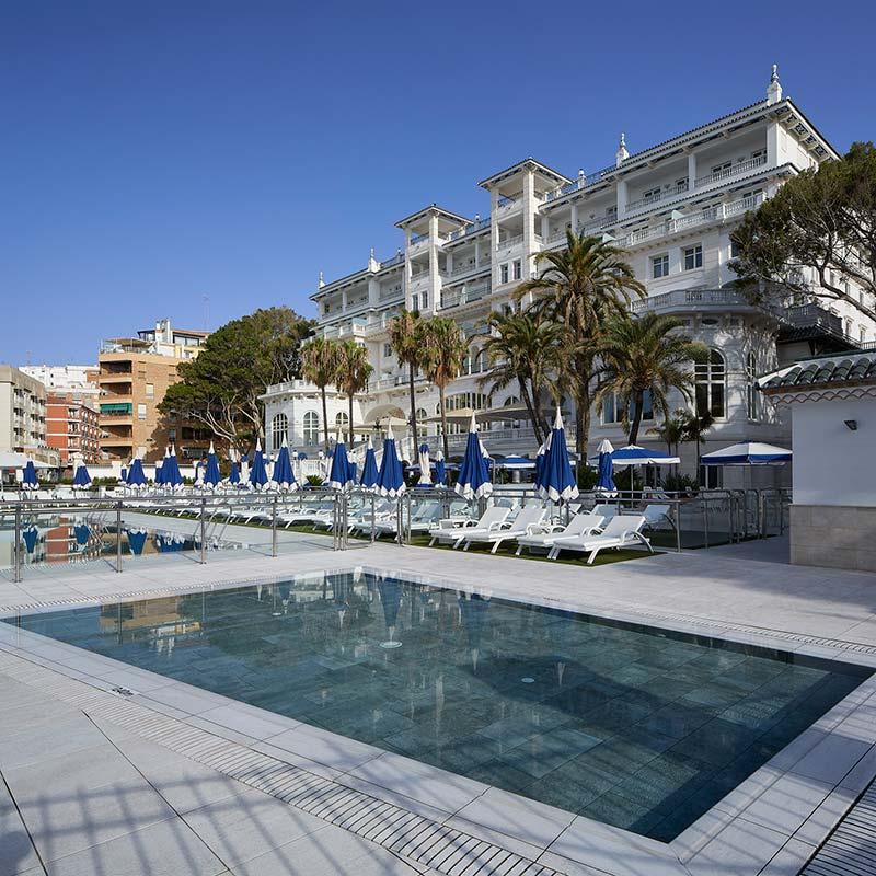 Piscina y Playa de gres porcelánico Serena Blanco - Spa Gran Hotel Miramar