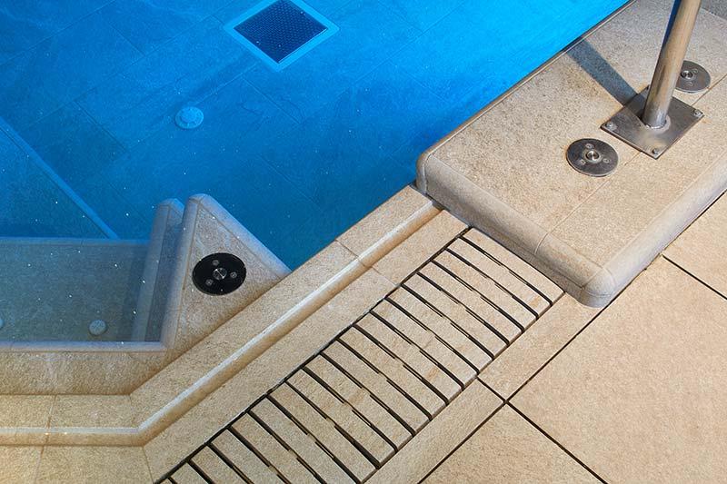 Detalle rejilla flex, piscina spa de gres porcelánico - Spa Gran Hotel Miramar