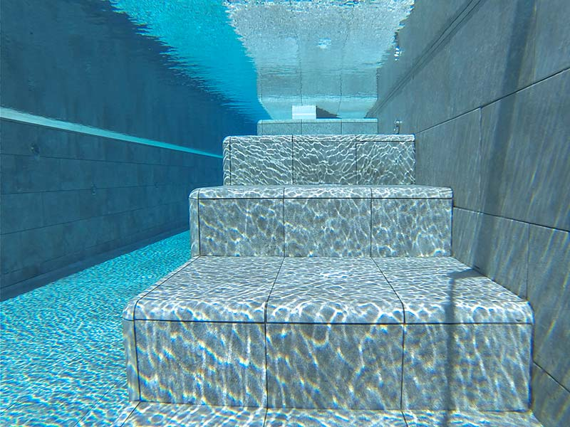 Escaliers de grès cérame immergé dans la piscine - Mistery Blue Stone