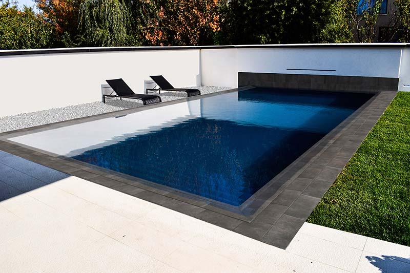L'élégance des couleurs sombres pour le revêtement du bassin de la piscine