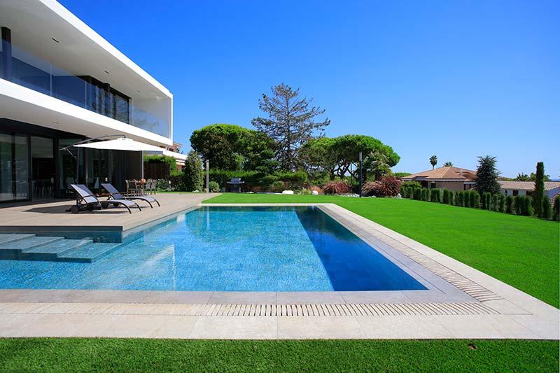 Contrastes de grès cérame dans la piscine: Mistery White & Blue Stone