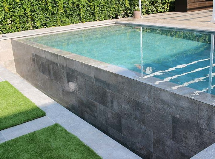 Full integration: one single color for the wall, the pool, the deck and the terrace