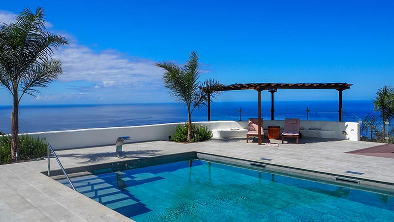 Elegant Pool and Terrace with Mistery Gray Tiles - Rosa Gres